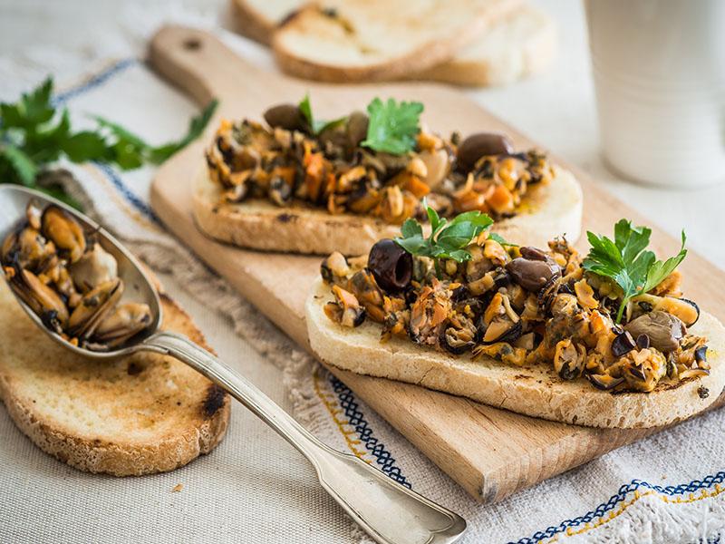 Bruschette senza glutine con cozze e olive