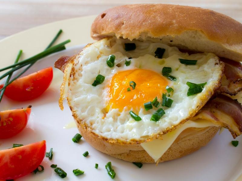 Panino con pancetta uovo e formaggio – British Burger